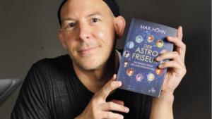 Max Höhn mit seinem selbst geschriebenen Buch (Foto: David Heerde)